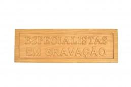 gravacao em madeira alto relevo