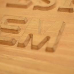 gravacoes em madeira alto relevo detalhe