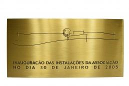 placa de inauguracao com gravacao e pintura em placa de latao